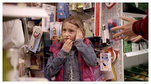 Petite fille dans un magasin