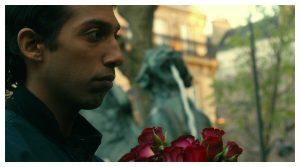 Homme qui tient des roses