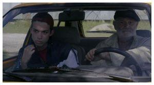 Un homme âgé et un jeune homme dans une voiture